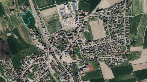 Das Dorf Hallwil und die grösste Parzelle im Gebiet «Weid».