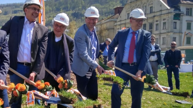Spatenstich zum neuen Thermalbad mit Stadtammann Markus Schneider (2.v.l.) und Architekt Mario Botta (3.v.l.).
