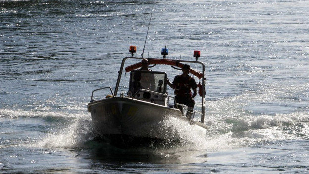 Die Feuerwehr Baden suchte den Mann mit einem Boot.