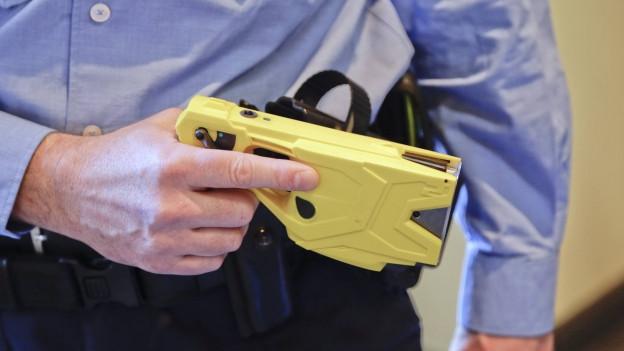 In Grenchen setzt die Stadtpolizei schon bald den umstrittenen Elektro-Taser ein.
