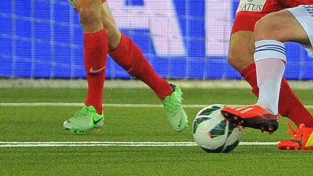 Stadion-Gegner in Aarau im Angriff