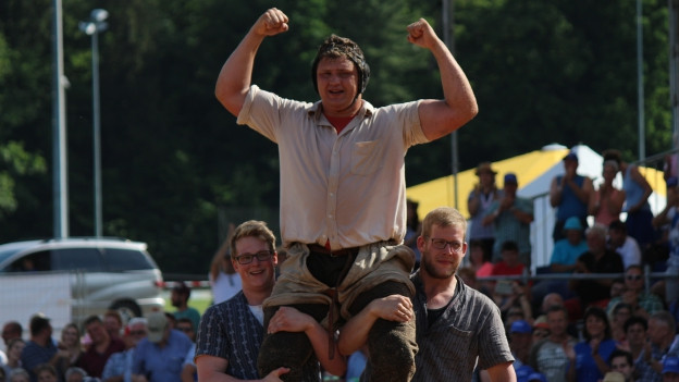 Nick Alpiger jubelt am Aargauer Kantonalschwingfest 2018. Im Schlussgang bezwingt er den Solothurner Bruno Gisler.