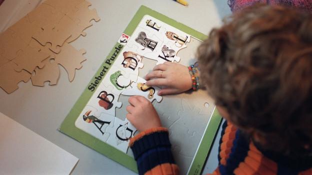 Immer öfter lernen Kinder das ABC wieder an öffentlichen Schulen.