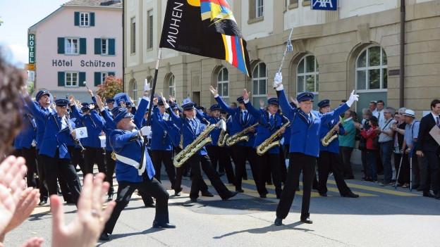 Die Musikgesellschaft Muhen beendet ihre Parade mitten in Laufenburg.