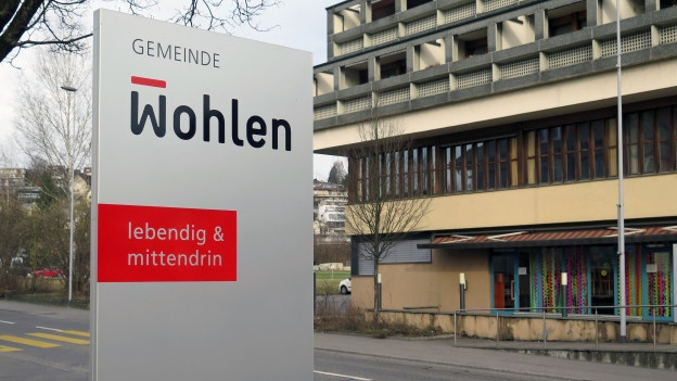 Schild vor dem Gemeindehaus in Wohlen