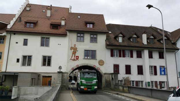Lastwagen in Stadttor