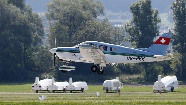 Ein Flugzeug beim Landeanflug auf dem Regionalflughafen Grenchen.