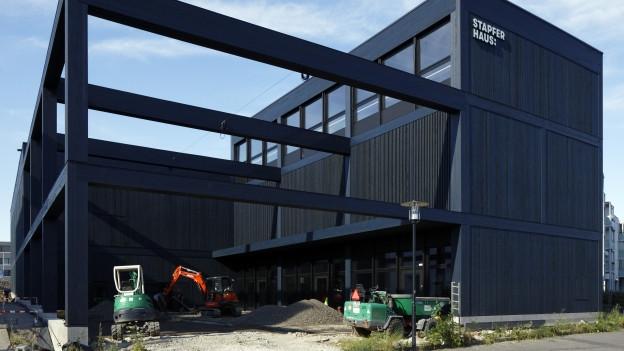 Das Stapferhaus ist fertig gebaut. Der schwarze Bau beim Bahnhof kann nun «bespielt» werden.