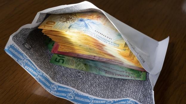 Banknoten in einem Couvert.