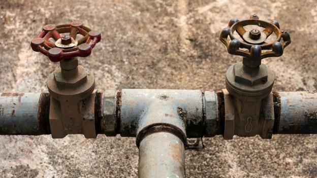 Wasserleitung mit Wasserhähnen.