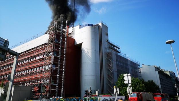 Schwarzer Rauch über Bürogebäude.