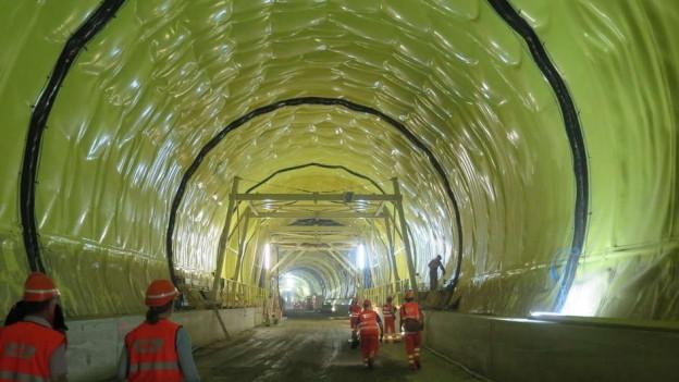Tunnelwände mit gelber Folie.