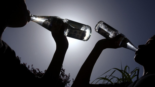 Der Bund rät pro Tag mindestens 1,5 Liter zu trinken. Gleichzeitig sollte man den Salzverlust ausgleichen.