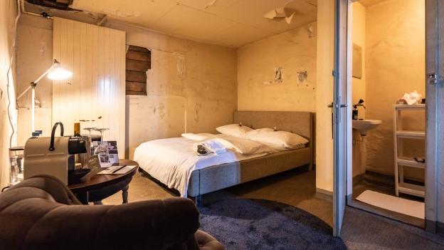 Eine ehemalige Gefängniszelle wird zum Hotelzimmer.