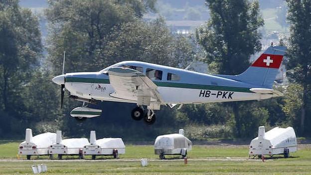 Ein Flugzeug landet in Grenchen