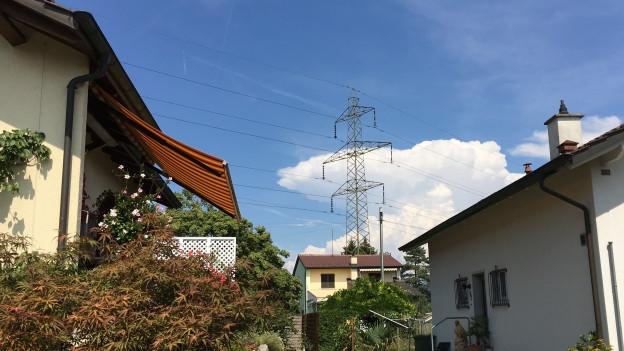 Strommast über Häusern
