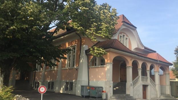 Organges Steingebäude.