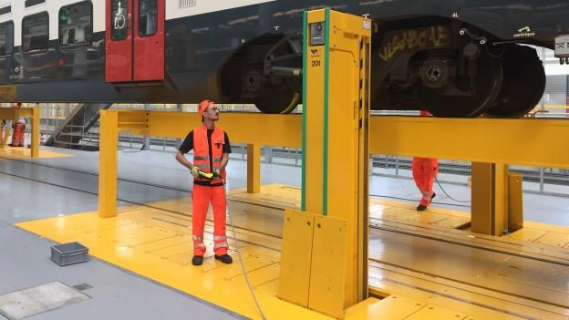 Die neue Hebebühne kann einen 300 Tonnen schweren Zug anheben.