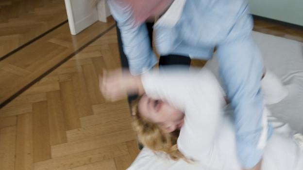 Im Aargau werden Jahr für Jahr mehr Fälle von häuslicher Gewalt registriert. Der Aargauer Experte findet dabei gut, dass das Tabu gebrochen wird.