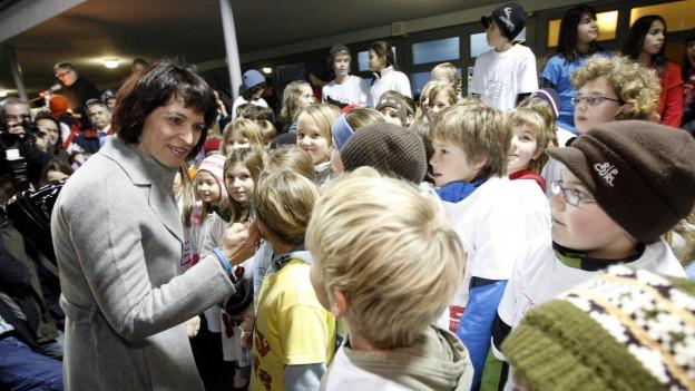 Frau in Kindermenge.