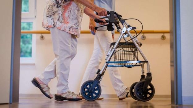 Ältere Frau mit Rollator