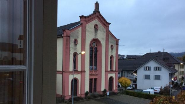 Synagoge aus rotem Stein.