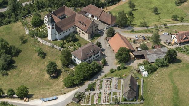 Flugazfnahme eines Klosters.