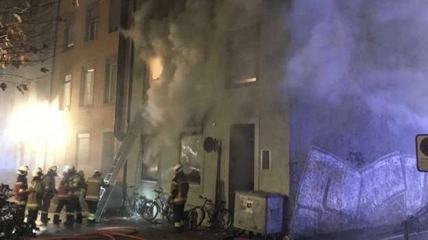 Das Feuer im Wohnblock brach im Erdgeschoss aus, vermutlich wegen einer Zigarette.
