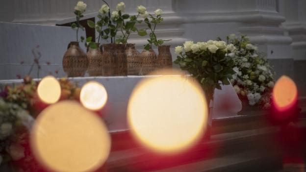 In der Solothurner St. Ursen-Kathedrale nahmen rund 800 Personen Abschied von den sieben Opfern des Feuers in einem Wohnblock.