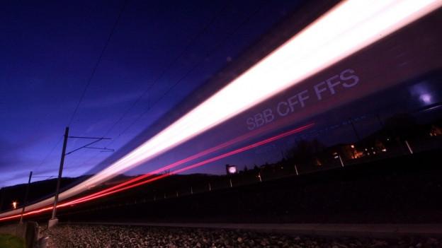 Ein Intercity-Zug fährt vorbei bei Nacht