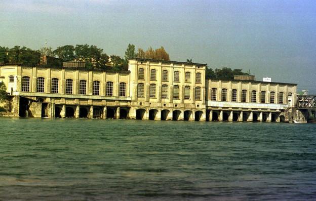 Ein Kraftwerk im Rhein.