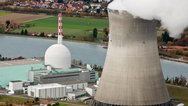 Atomkraftwerk mit Kühlturm.