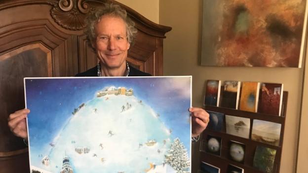 Mann zeigt Gemälde in Kamera.