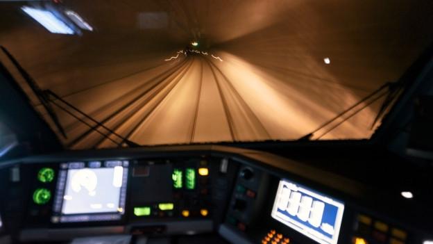Sicht aus Lokomotive in Eisenbahntunnel.
