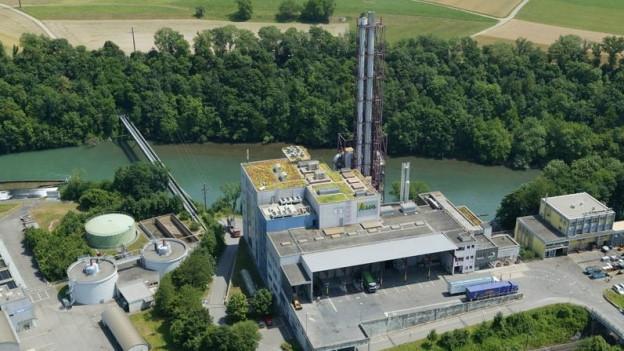 Kehrichtverbrennungsanlage an einem Fluss.