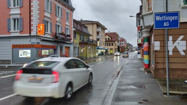 Autoverkehr auf der Landstrasse in Wettingen