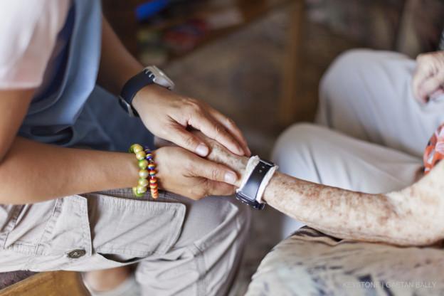 Eine Frau pflegt eine Seniorin.