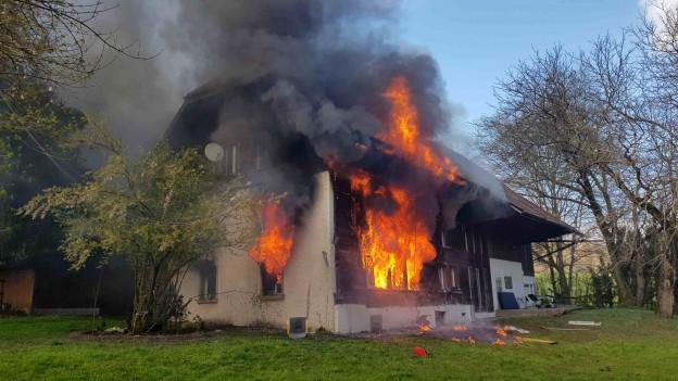 Brennendes Haus aus Holz.