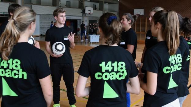 Jugendliche in einer Turnhalle.