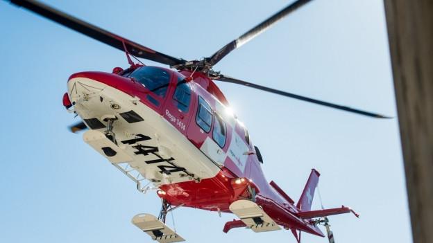 Der schwer verletzte Arbeiter kam mit der Rega ins Spital.