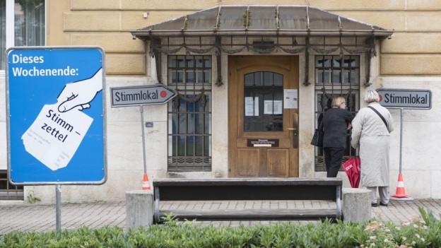 Eingang zum Stimmlokal in Grenchen