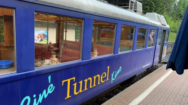 """Ein Eisenbahnwagen, angeschrieben mit """"Tunnelkino"""""""