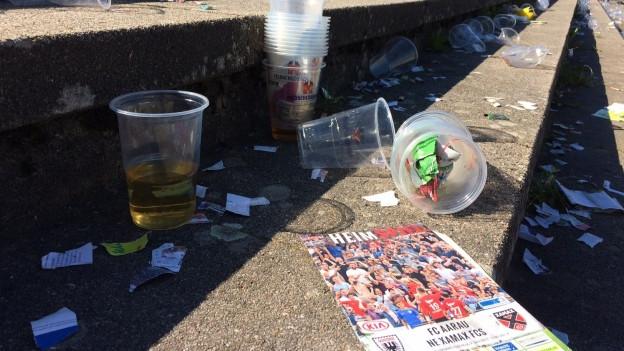 Abfall in einem Stadion.