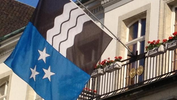 Die Aargauer Flagge am Regierungsgebäude in Aarau.