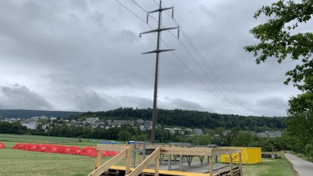Die Stromleitung geht quer über den Campingplatz.