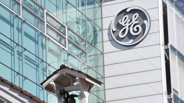 Das Logo von GE an einem Gebäude in Baden