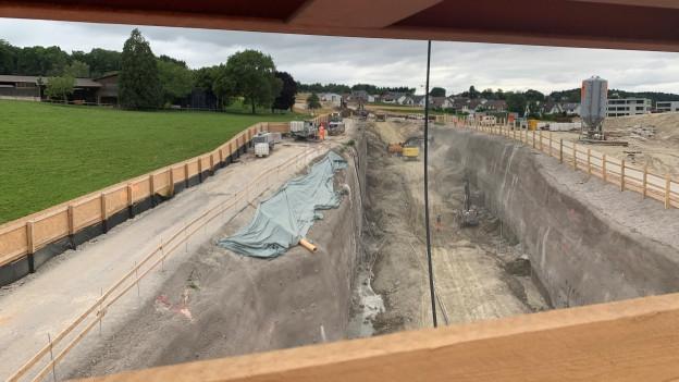 Blick auf die Tunnel-Baustelle von einer Überführung aus.