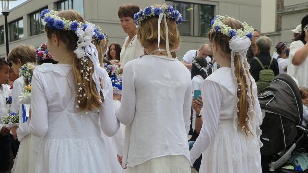 Weiss gekleidete Kinder.