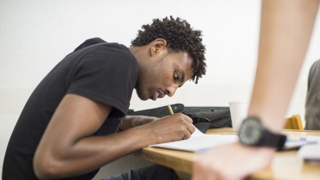 Junger Mann schreibt