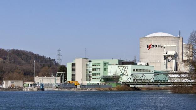 Atomkraftwerk am Wasser.